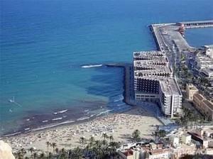 L'hotel Melià d'Alacant. L'edifici reprodueix la forma de la lletra ema