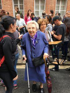 Una Rosa Parks qualsevol vestida de diumenge sortint de votar