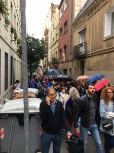 Les cues per votar a l'escola verduna de Gràcia feien prop d'un Kilòmetre de llarg