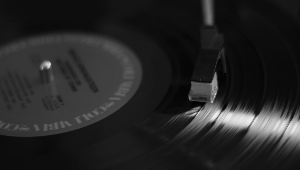 disque-vinyl-fond-noir